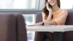 Kobieta konsultant z smartphone obsiadaniem przy jej biurkiem w biurze obrazy royalty free