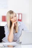 Kobieta kontempluje jej strategię biznesową Zdjęcie Royalty Free
