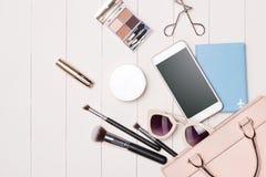 Kobieta kosmetyki i mod rzeczy na stole z kamerą i passp zdjęcia royalty free