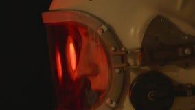 Kobieta kosmonauta z hełmem Dalej zbiory wideo