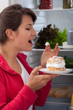 Kobieta kosztuje tort Zdjęcie Royalty Free