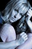 Kobieta koszulowy i różowy błękitny fishnets chwyta pistolet przeciw głowy zakończeniu Zdjęcie Stock