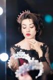 Kobieta, królowa z koroną, spojrzenia w lustrze Luksus, moda Obrazy Stock