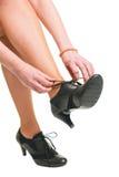 Kobieta krawat jej buty fotografia stock