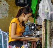 Kobieta krawczyna pracuje przy domem zdjęcia stock