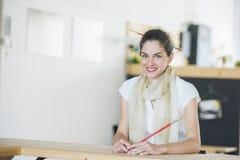 Kobieta kreatywnie profesjonalista jest uśmiechnięty Zdjęcia Stock