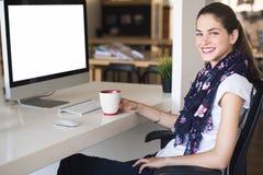 Kobieta kreatywnie profesjonalista sadza w jej biurku Zdjęcia Stock