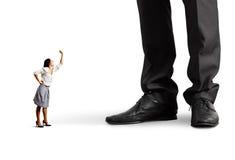 Kobieta krzyczy przy dużym mężczyzna nad bielem Obrazy Royalty Free
