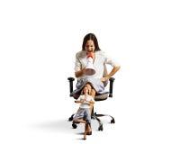 Kobieta krzyczy przy zmęczoną małą spokojną kobietą Obrazy Stock