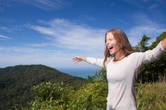 Kobieta krzyczy w górach obraz royalty free