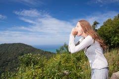 Kobieta krzyczy w górach zdjęcie stock