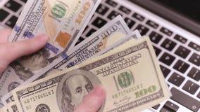 Kobieta księgowy z pieniądze zbiory
