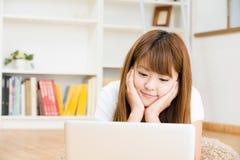 Kobieta która używa komputer Zdjęcia Royalty Free