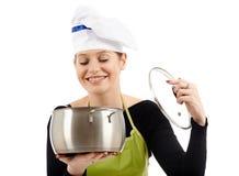Kobieta kucharz z nierdzewnym garnkiem Zdjęcia Royalty Free