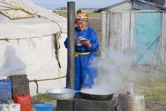 Kobieta kucharzi przed jurtą w stepie, Mongolia zdjęcie royalty free