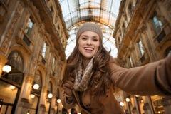 Kobieta kupujący bierze selfie w Galleria Vittorio Emanuele II Obrazy Stock