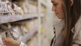 Kobieta kupujący w cukierki sekci przy supermarketem zdjęcie wideo