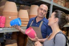 Kobieta kupuje ceramicznych kwiatów garnki przy sklepem Zdjęcie Stock
