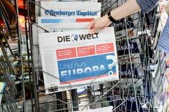 Kobieta kupuje Die Welt gazetę z szokującym nagłówkiem o Br Zdjęcie Stock