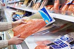 Kobieta kupuje lekko solonej czerwieni ryba w sklepie Zdjęcie Royalty Free