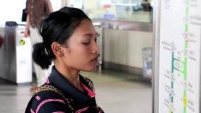 Kobieta kupuje taborowego bilet od automatów zbiory wideo