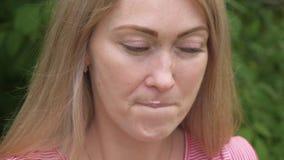 Kobieta liże lody Dziewczyna liże wyśmienicie kremowego lody Lody rożek z truskawkowym smakiem jest ona zdjęcie wideo