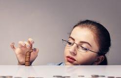 Kobieta liczy jej savings Zdjęcie Stock
