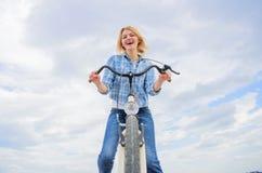 Kobieta lubi jechać rower Dziewczyna cieszy się krótko cykl wycieczkę turysyczną z przerw offs wzdłuż sposobu i podróżuje Dziewcz obrazy stock