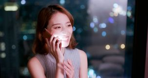 Kobieta mówi telefon szczęśliwie zdjęcie royalty free