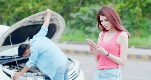 Kobieta mówi telefon z wypadkiem zdjęcia stock