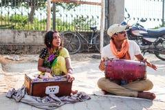 Kobieta mężczyzna bawić się muzykę Fotografia Royalty Free