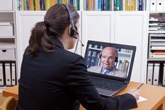 Kobieta mężczyzna słuchawek wideo wezwanie obrazy royalty free