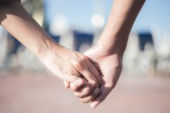 Kobieta & mężczyzna trzymamy rękę fotografia royalty free