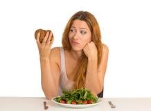 Kobieta męcząca diet ograniczenia pragnie ciastko Obrazy Royalty Free
