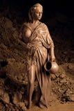 Kobieta mażąca z gliną obrazy stock