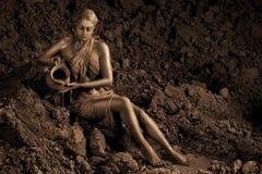 Kobieta mażąca z gliną zdjęcia royalty free