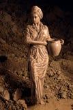 Kobieta mażąca z gliną zdjęcie stock