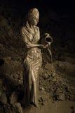 Kobieta mażąca z gliną zdjęcia stock