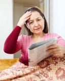 Kobieta ma żal po readed wiadomości zdjęcie stock