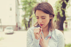 Kobieta ma astmy duszenie lub ataka może ` t oddechu cierpienie od oddychanie problemów stoi outdoors na miastowej ulicie zdjęcia royalty free