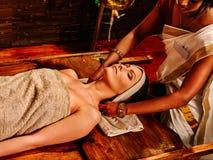 Kobieta ma ayurveda zdroju traktowanie zdjęcia stock