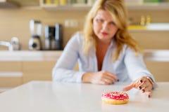 Kobieta ma cukrowych pragnienia fotografia stock