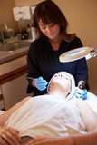 Kobieta Ma Dermo abrazi Kosmetycznego traktowanie Przy zdrojem Obraz Stock