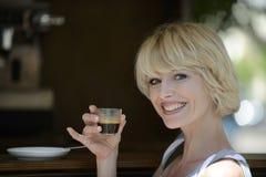 Kobieta ma kawową przerwę Obraz Royalty Free