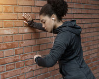 Kobieta ma krótką przerwę od bieg Obraz Royalty Free