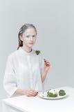 Kobieta ma lunch przy stołem Fotografia Stock