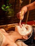 Kobieta ma maskę przy ayurveda zdrojem zdjęcie stock
