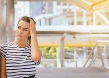 Kobieta ma migrenę wręcza trzymać dalej czoło na ulicie, Żeńskim główkowaniu i stresie męczącym pamiętającym, kopii przestrzeń zdjęcie stock