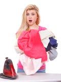 Kobieta ma mnóstwo odziewa odprasowywać Obrazy Stock