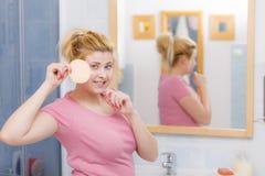 Kobieta ma obmycia gel na twarzy mienia gąbce obrazy stock